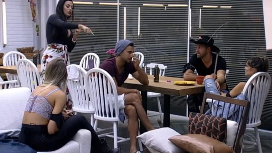 Monique e Flávia discutem após prova do fazendeiro - Reprodução/R7