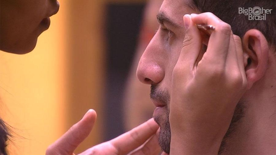 Gleici ajuda Kaysar a fazer a sobrancelha - Reprodução/GloboPlay