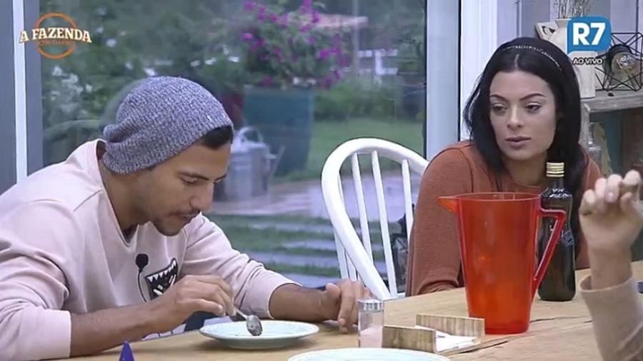 """Matheus e Monique Amin conversam na cozinha de """"A Fazenda 9"""" - Reprodução/R7"""