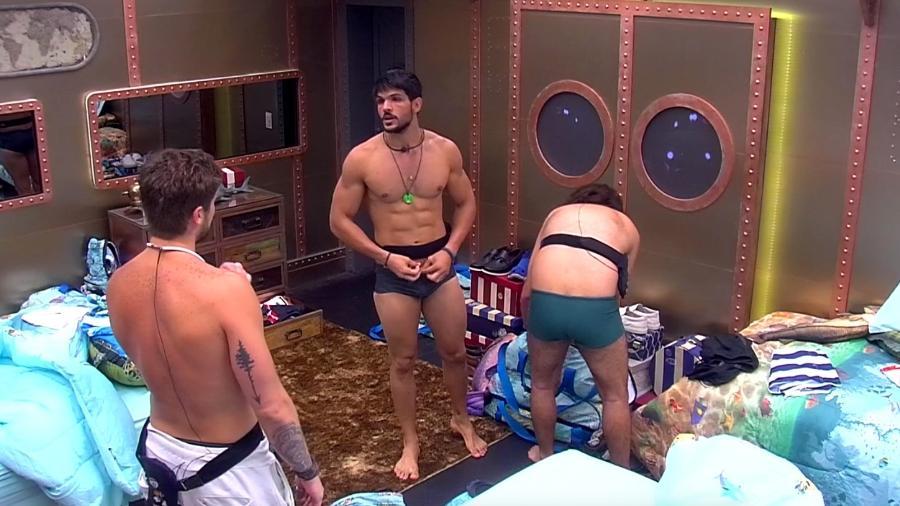 Lucas conversa com os brothers e teme problemas em seu relacionamento  - Reprodução/Gshow