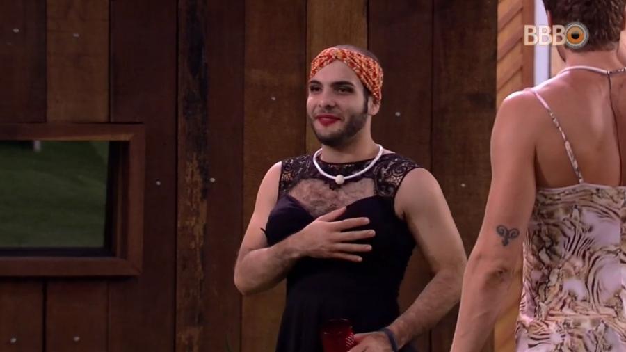 Mahmoud se veste de mulher em festa improvisada - Reprodução/Globoplay