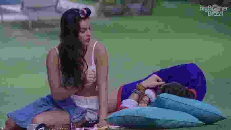 Emilly e Marcos discordam e discutem na área externa - Reprodução/TV Globo