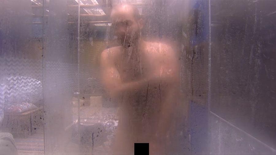 """Mahmoud toma banho pelado no """"BBB18"""" - Reprodução/Gshow"""