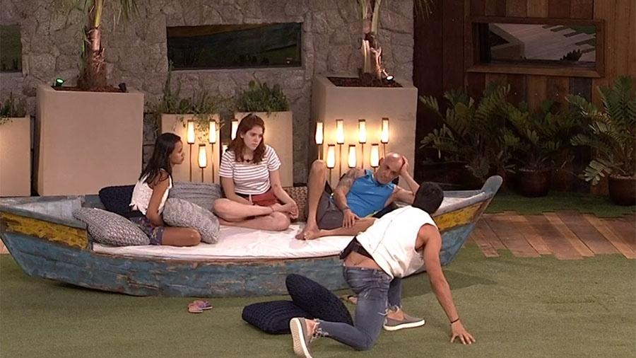 """Gleici, Ana Clara, Ayrton e Lucas na área externa da casa do """"BBB18"""" - Reprodução/GloboPlay"""