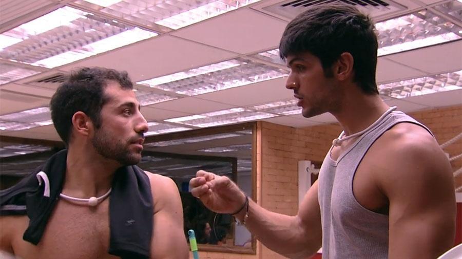 """Kaysar conversa com Lucas na cozinha do """"BBB18"""" - Reprodução/GloboPlay"""