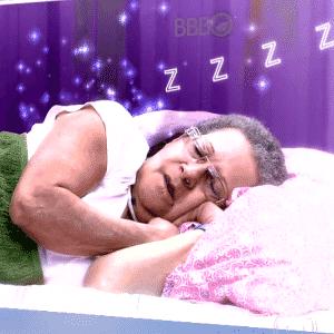 """6.abr.2016 - Geralda assiste às cenas de sua participação no """"BBB16"""" - Reprodução/ TV Globo"""