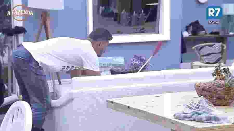 Marcos usa seu mata moscas na cozinha da sede  - Reprodução/R7
