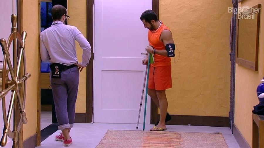 Kaysar caminha com dificuldade até a despensa - Reprodução/GloboPlay