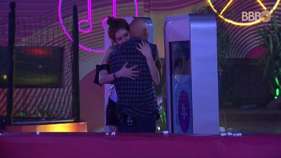Ana Clara abraça Ayrton antes da final - Reprodução/GlobosatPlay