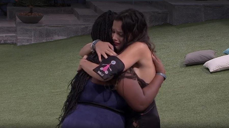 Emilly e Roberta se abraçam - Reprodução/TV Globo
