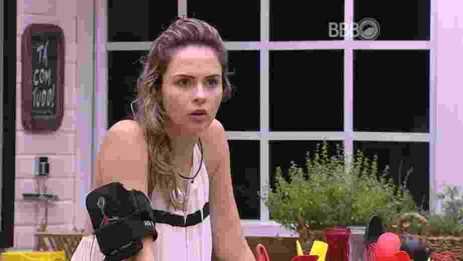 """28.fev.2016 - """"Viu, Maria Claudia, e você que fica achando que a Adélia é boazinha, saiba que ela foi fazer inferninho na cabeça da dona Geralda, quando vocês se desentenderam na festa"""", contou Ana Paula para Cacau - Reprodução/TV Globo"""