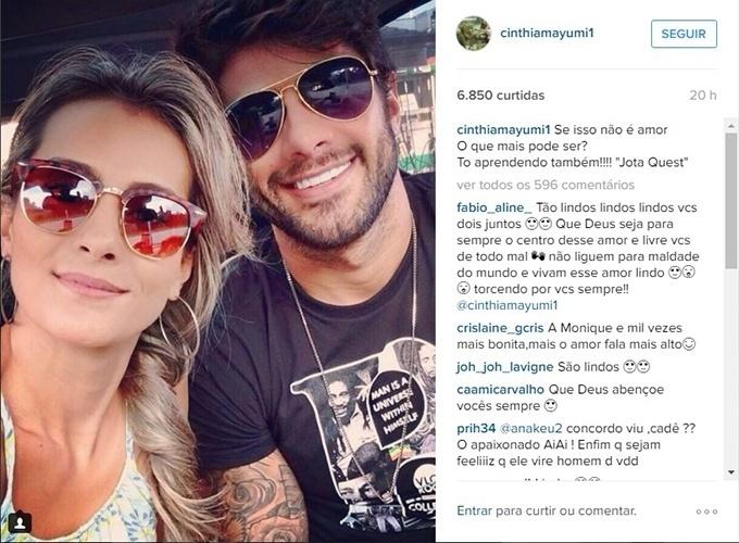 28.mar.2016 - Namorada de Renan, Cinthia Mayumi posa com o brother e se declara.