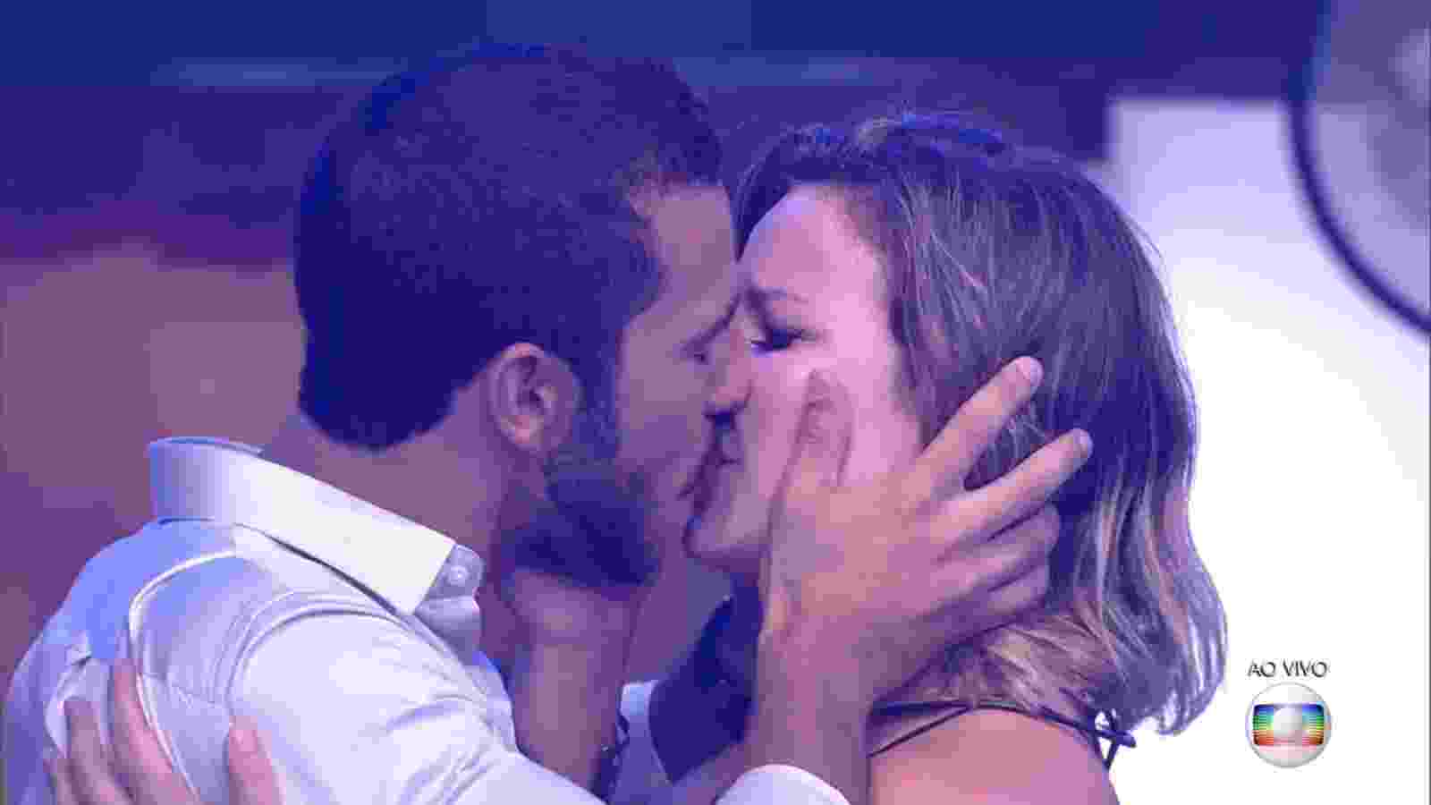 "5.abr.2016 - Maria Claudia e Matheus se beijam na final do ""BBB16"" - undefined"
