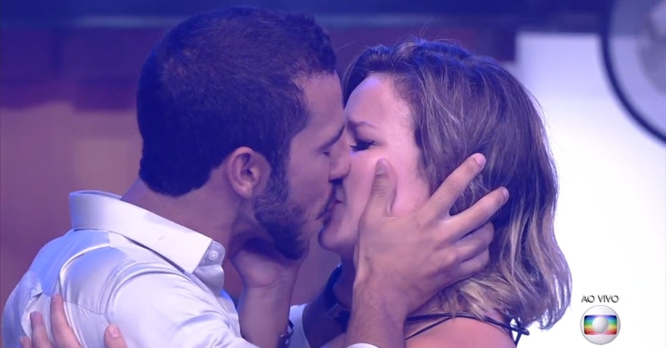 5.abr.2016 - Maria Claudia e Matheus se beijam na final do