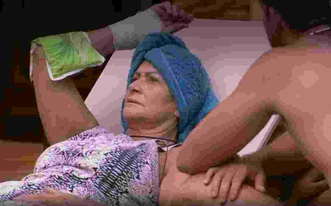 Ieda coloca gelo no machucado - Reprodução/TV Globo