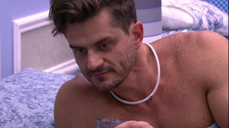 Marcos bebe água no quarto - Reprodução/TV Globo