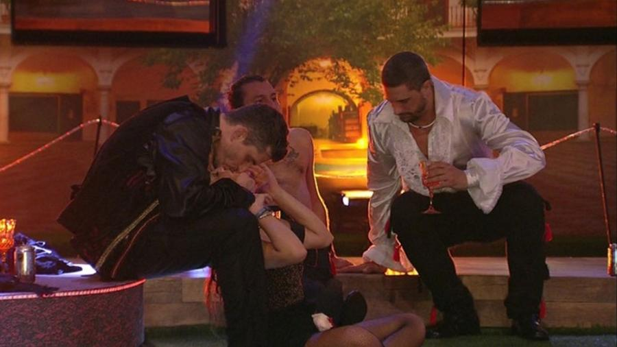 Marcos dá selinho em Emilly - Reprodução/Gshow