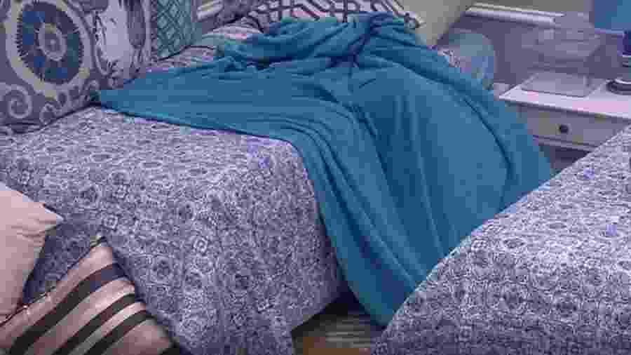 Emilly se abriga sob cobertor e chora morte da mãe - Reprodução/TVGlobo