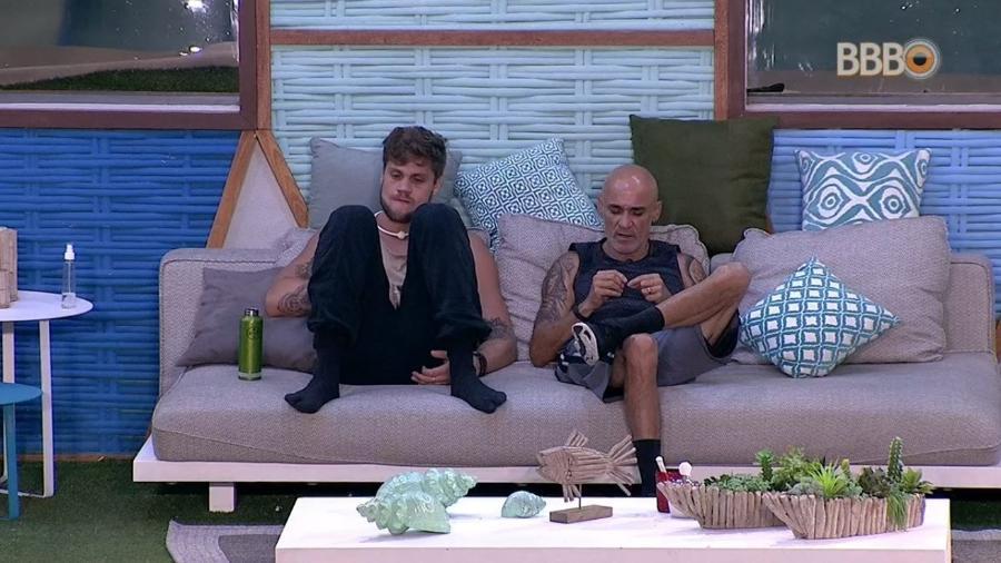 Breno e Ayrton conversam na área externa - Reprodução/GlobosatPlay