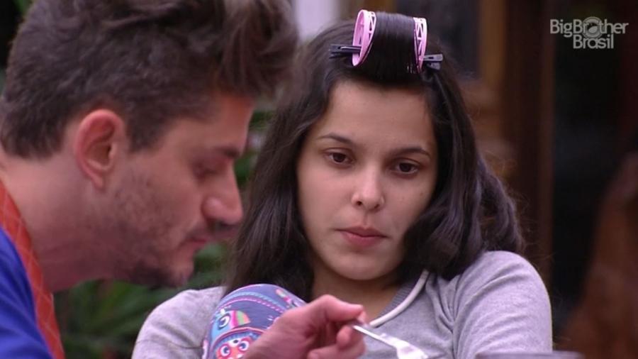 Marcos come ao lado de Emilly - Reprodução/TV Globo