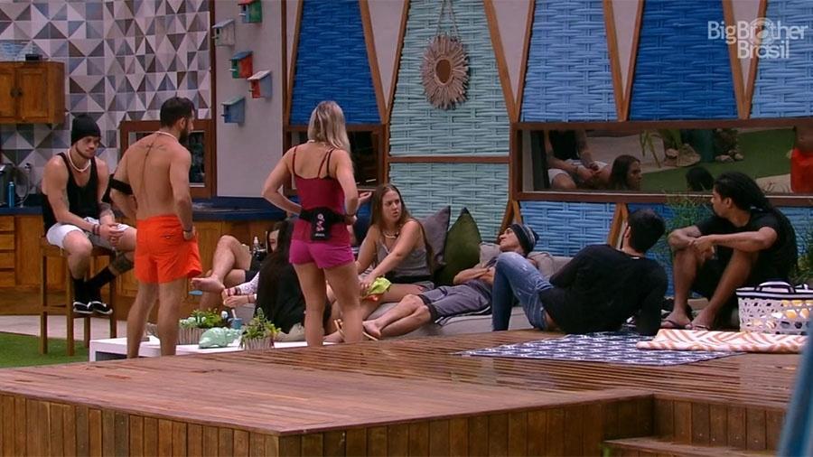 """Brothers conversam na área externa da casa do """"BBB18"""" - Reprodução/GloboPlay"""
