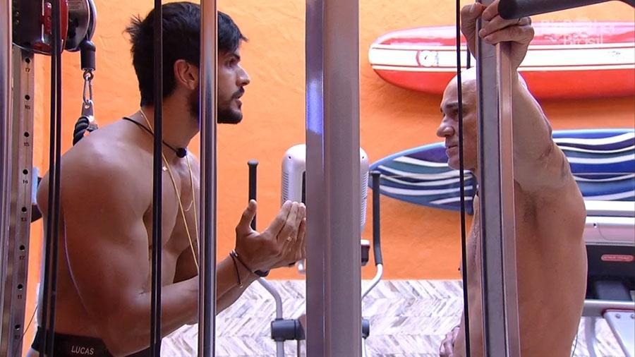 """Lucas conversa com Ayrton na academia no """"BBB18"""" - Reprodução/GloboPlay"""