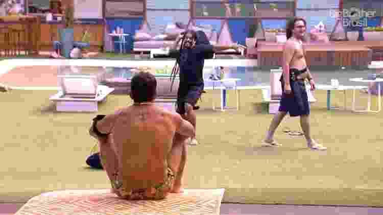 Brothers são punidos após esquecerem microfones - Reprodução/GloboPlay - Reprodução/GloboPlay