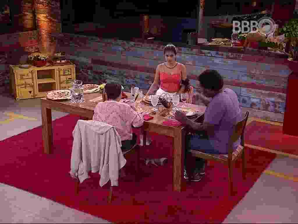 21.mar.2016 - Ronan escolhe Geralda e Munik para comer pizza, que ganhou por descobrir segredo do falso brother Laham - Reprodução/TV Globo