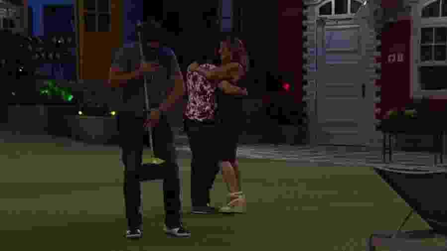 """Daniel dança com uma vassoura na pista do """"BBB17"""" - Reprodução/Gshow"""