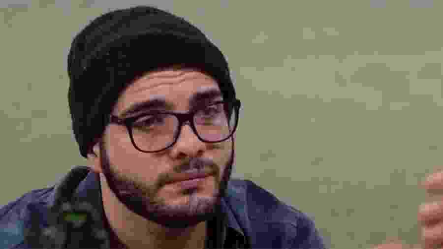 Mahmoud conversa na área externa sobre os rumos do jogo - Reprodução/GloboPlay