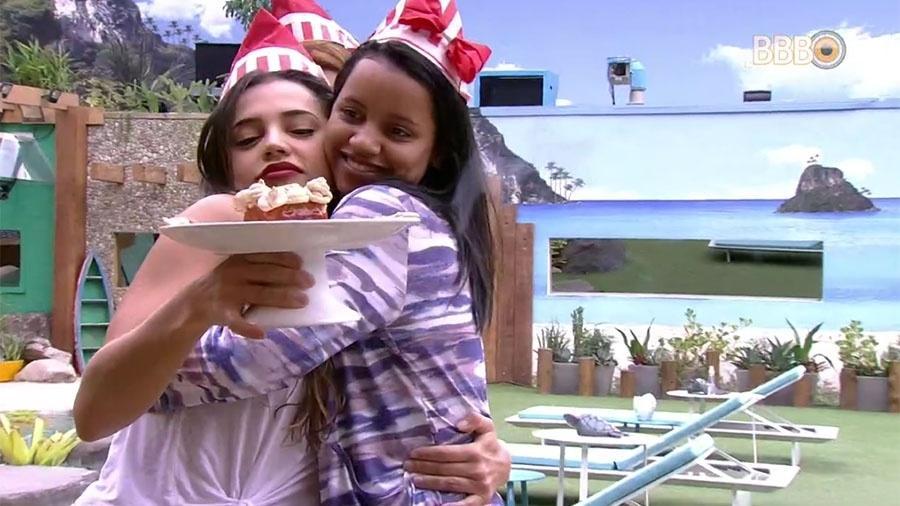 Gleici ganha bolo de Paula e Ana Clara - Reprodução/GloboPlay