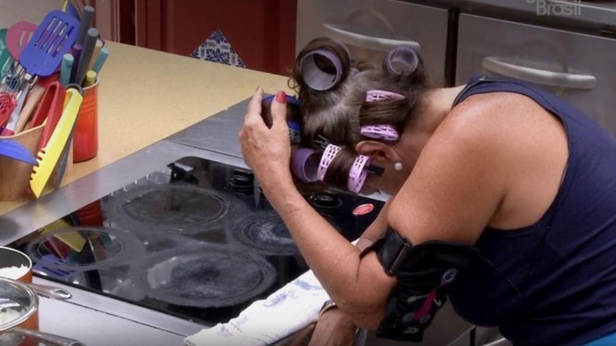 Ieda seca o cabelo no fogão - Reprodução/TV Globo