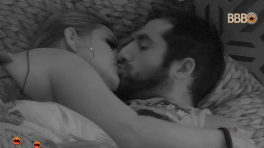Patrícia e Kaysar dão selinho no Quarto Tropical  - Reprodução/Globosatplay