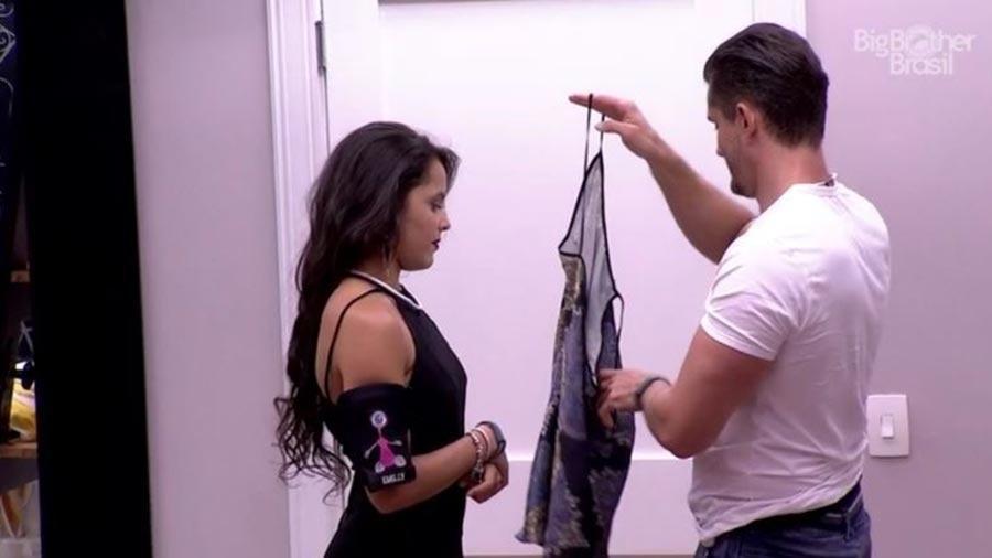 Emilly dá camisola para Marcos - Reprodução/TV Globo