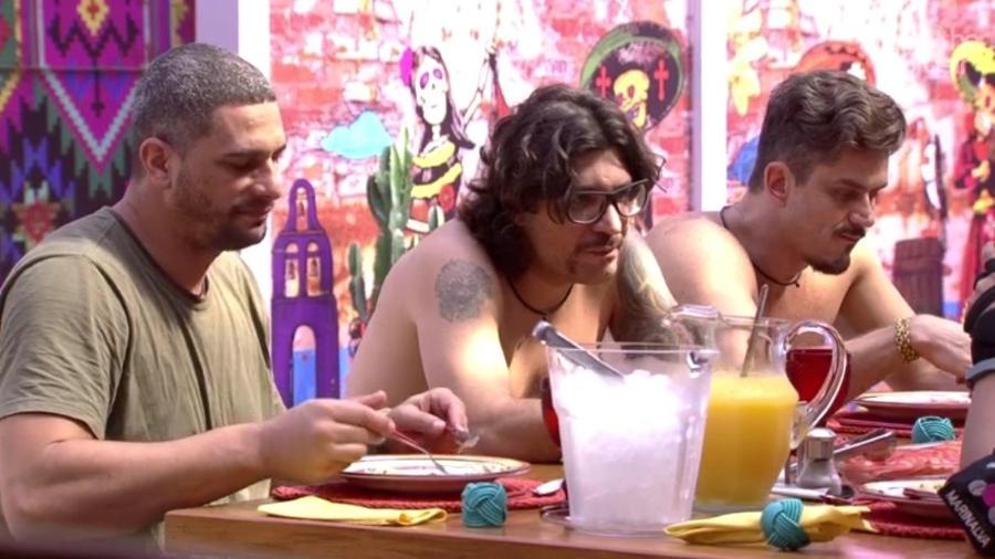 Brothers dos dois lados da casa questionam o que os colegas estão comendo - Reprodução/TVGlobo