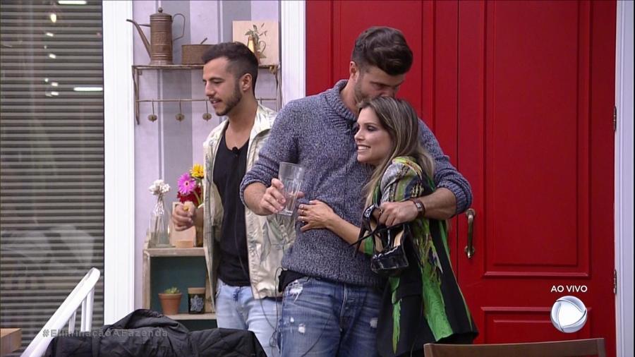 Marcelo Ié Ié abraça Flávia Viana após retorna da peoa da roça  - Reprodução/R7