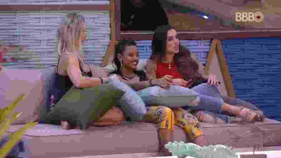 Jéssica, Gleici e Ana Paula conversam na beira da piscina - Reprodução/GloboPlay