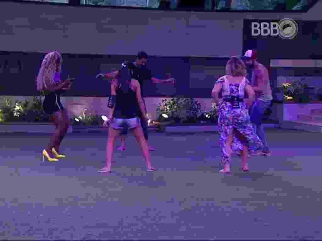 7.mar.2016 - Brothers dançam em festa surpresa dada pela produção - Reprodução/TV Globo