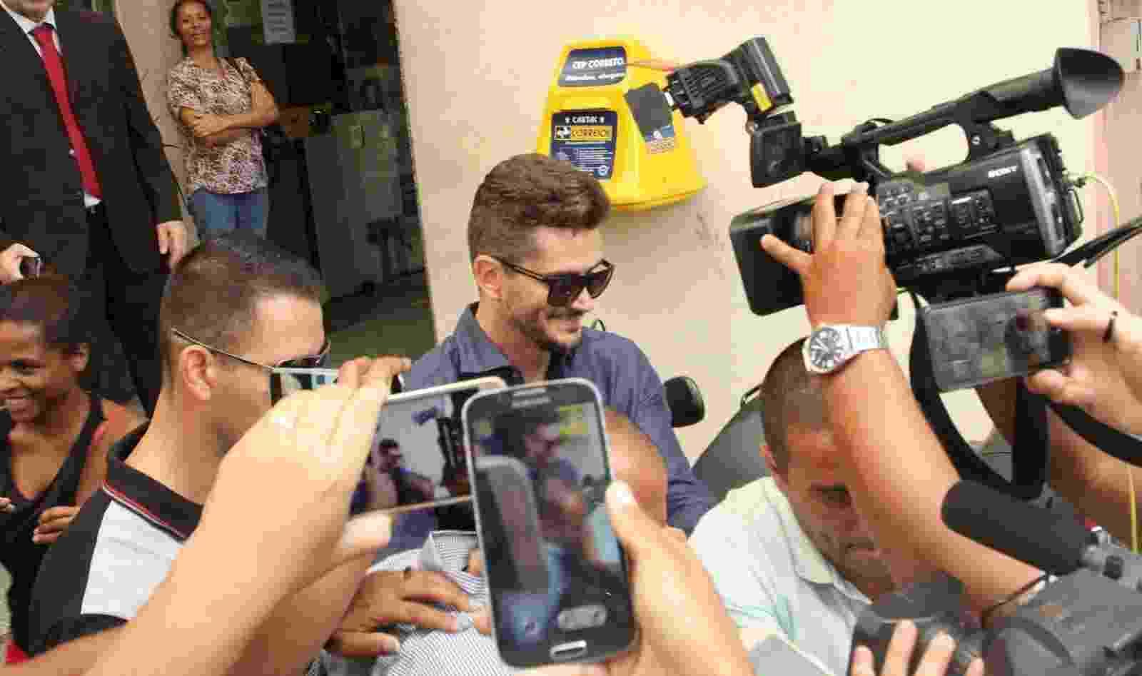 Sorrindo ao ouvir o apoio de fãs, Marcos Harter deixa a delegacia da mulher de Jacarepaguá, no Rio de Janeiro - Brazil News