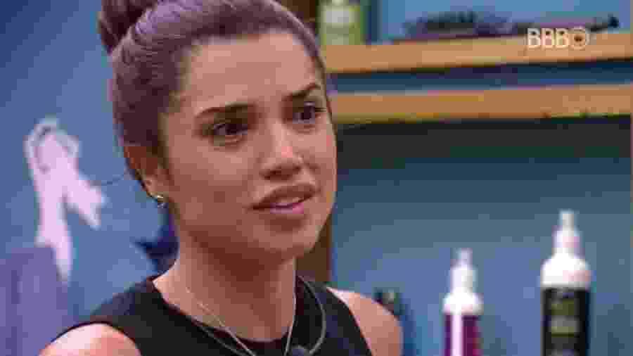 Paula conversa no banheiro da casa - Reprodução/GloboPlay