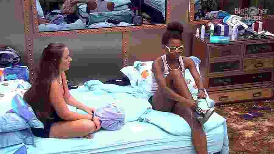 """Patrícia e Nayara conversam no quarto submarino do """"BBB18"""" - Reprodução/GloboPlay"""