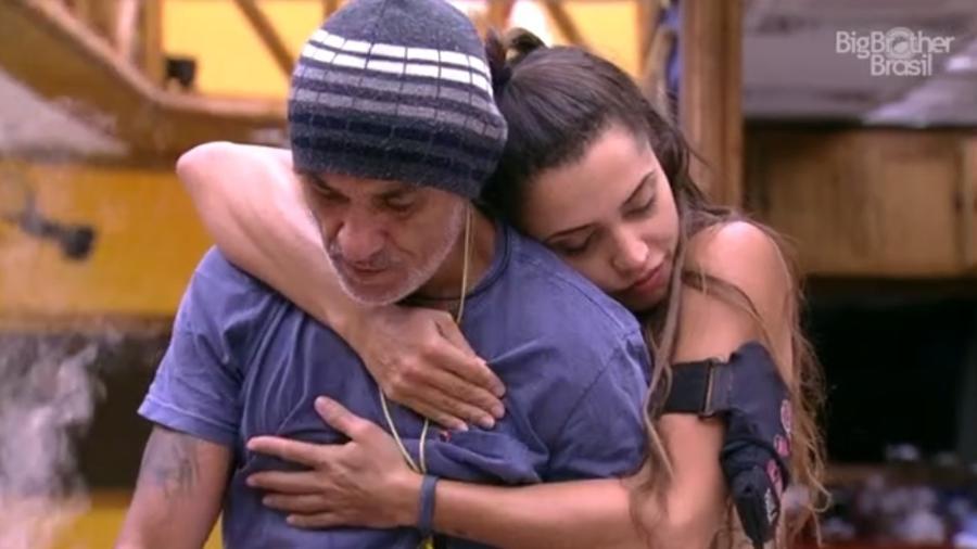 Ayrton desabafa com Paula na cozinha  - Reprodução/GloboPlay