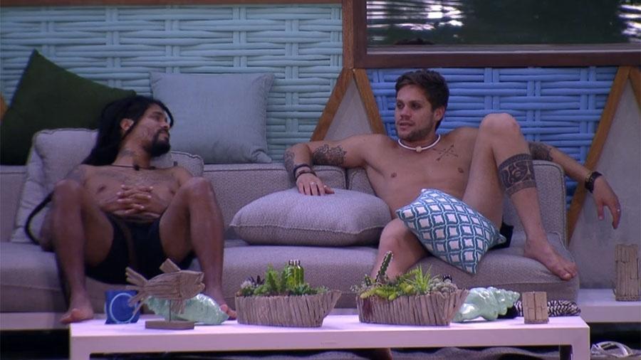 """Viegas e Breno conversam na área externa da casa do """"BBB18"""" - Reprodução/GloboPlay"""