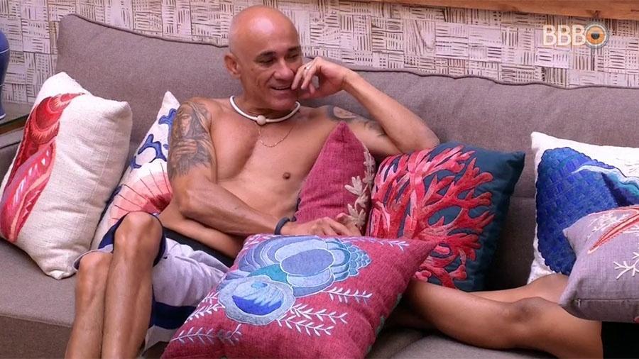 "Ayrton conversa com brothers na sala do ""BBB18"" - Reprodução/GloboPlay"