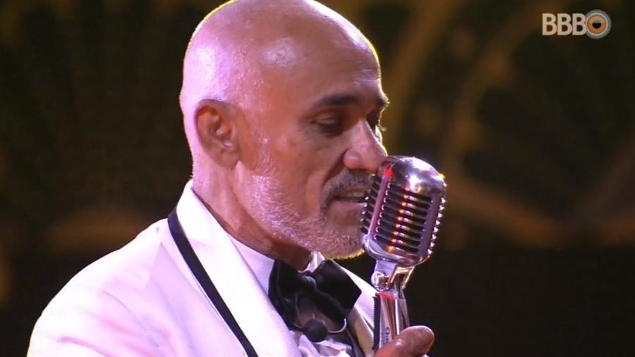 Ayrton canta Emílio Santiago no karaokê da festa - Reprodução/Globoplay
