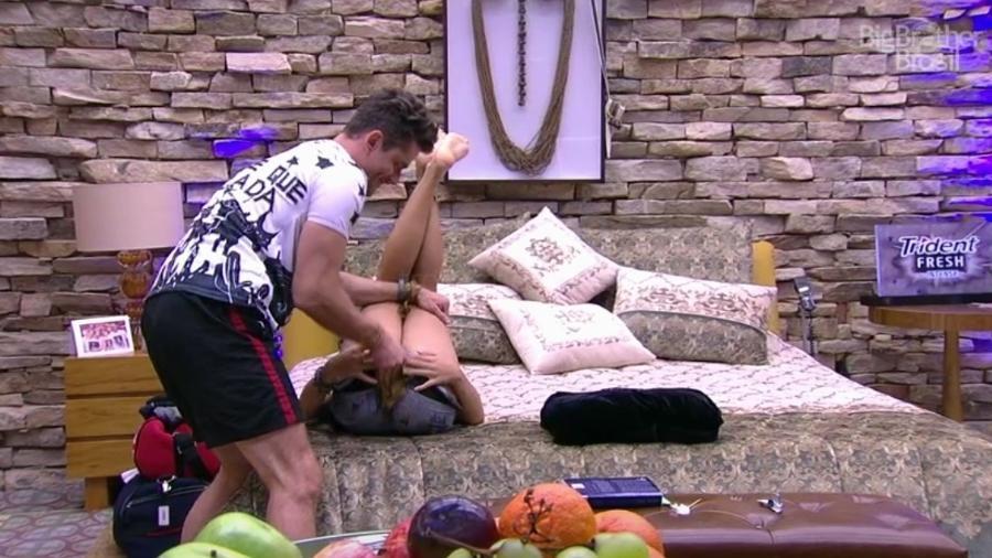 """Marcos diz para Emilly: """"Deita ali para eu trocar sua fralda""""  - Reprodução/ TV Globo"""