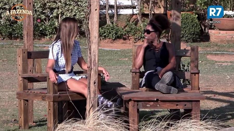 """Nicole Bahls e Adriana Bombom conversam em """"A Fazenda 9"""" - Reprodução/R7"""