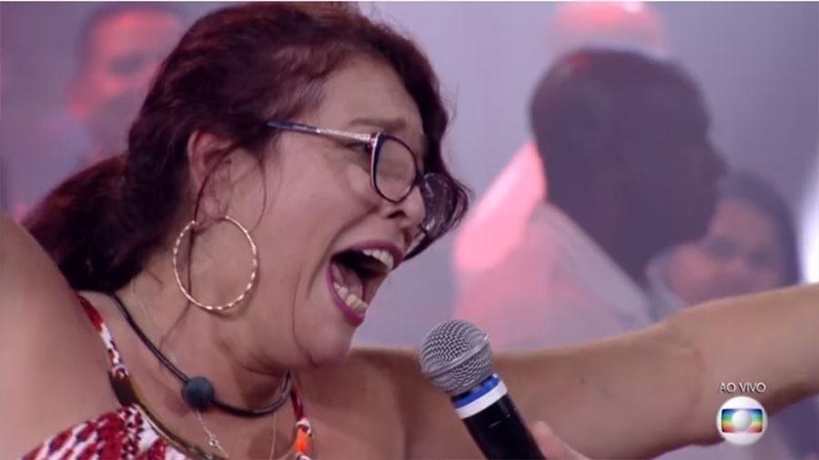 """Mara foi a primeira eliminada do """"BBB 18"""" com 55,45 % dos votos. Ao se despedir dos brothers, ela deu um conselho: """"Chorem menos e brinquem mais"""". No palco com Tiago Leifert, ela apareceu felizona, sorridente e dando pulinhos. """"Você foi f... C...!"""", disparou um amigo que foi recepciona-la na eliminação. """"Saí do exílio, voltei para o Brasil. Posso falar, fora Temer!"""", disparou a eliminada ao vivo"""
