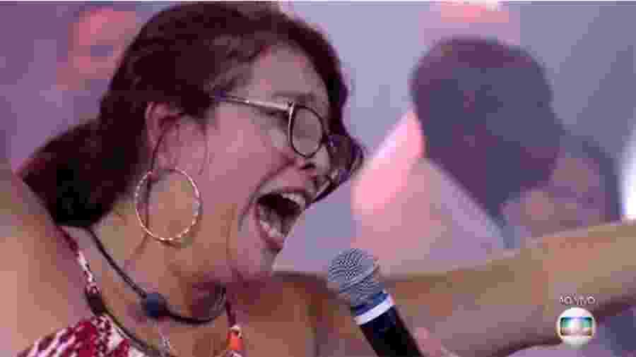 """Mara foi a primeira eliminada do """"BBB 18"""" com 55,45 % dos votos. Ao se despedir dos brothers, ela deu um conselho: """"Chorem menos e brinquem mais"""". No palco com Tiago Leifert, ela apareceu felizona, sorridente e dando pulinhos. """"Você foi f... C...!"""", disparou um amigo que foi recepciona-la na eliminação. """"Saí do exílio, voltei para o Brasil. Posso falar, fora Temer!"""", disparou a eliminada ao vivo - Reprodução/Globo"""