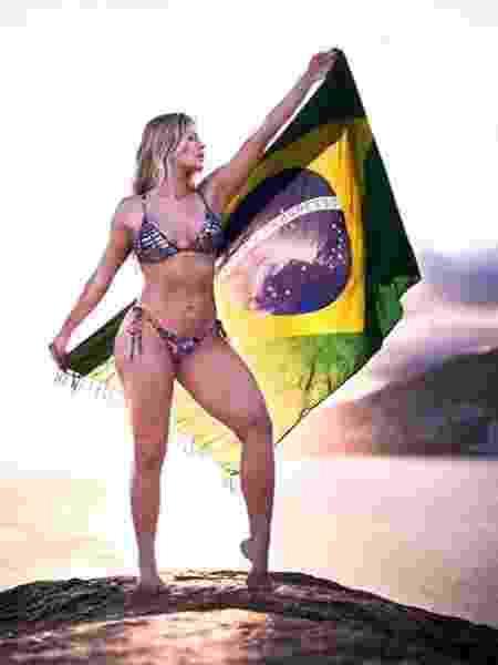 Ex-BBB Jaqueline posa com a bandeira do Brasil em ensaio - Paulo Henrique de Sá/Reprodução/Instagram